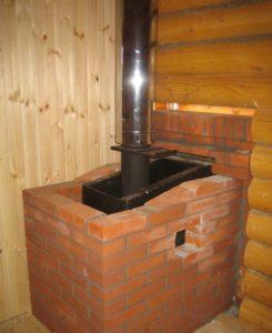 Железная печь для бани обложенная кирпичом